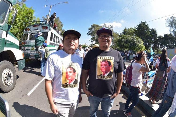 Las personas piden también la renuncia del presidente Jimmy Morales.