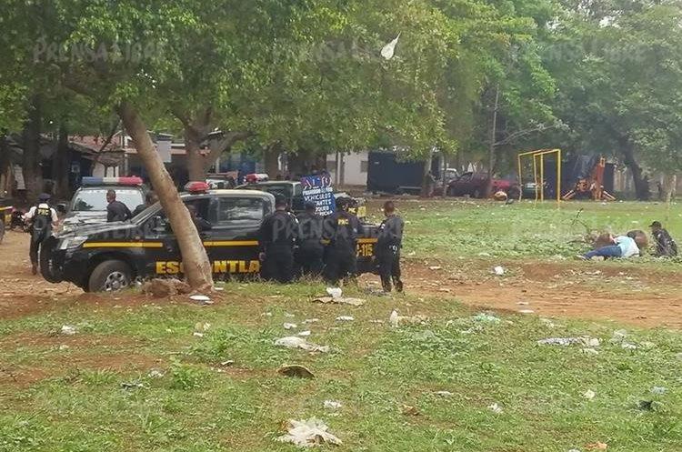 Policías resguardan el exterior del penal. (Foto Prensa Libre: Enrique Paredes).