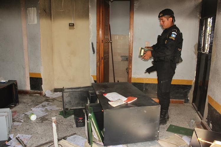 La subestación de la Policía Nacional Civil de Barillas, Huehuetenango, fue incendiada por pobladores y expulsaron a los agentes en el 2013.