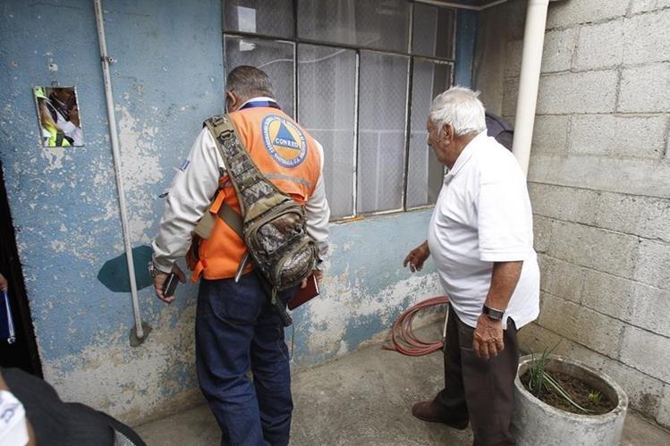 Conred supervisa una de las viviendas dañadas por la falla que se registra en el lugar. (Foto Prensa Libre: Paulo Raquec).