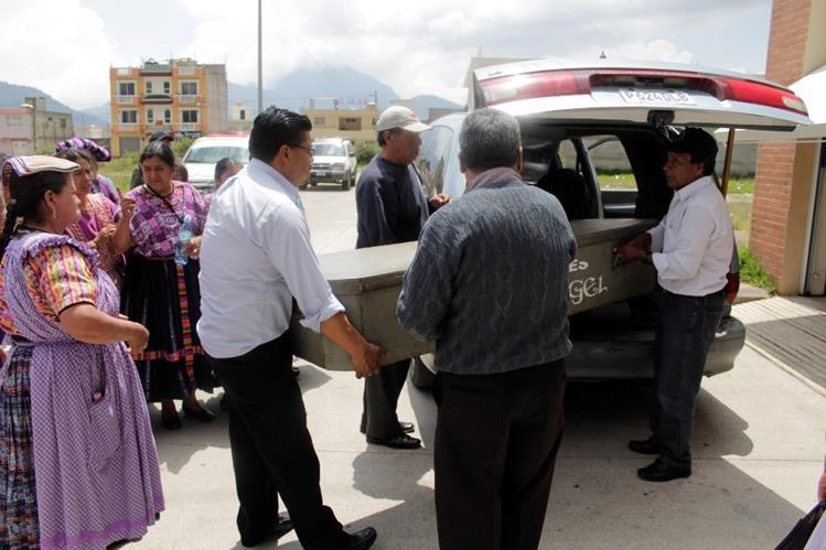 Cadáver de le exreina es retirado de la morgue de Quetzaltenango. (Foto Prensa Libre: María José Longo)