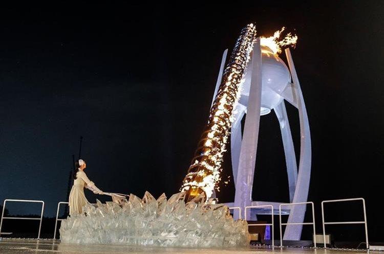 La medallista olímpica surcoreana de patinaje sobre hielo Kim Yu-na encendió el pebetero. (Foto Prensa Libre: AFP).