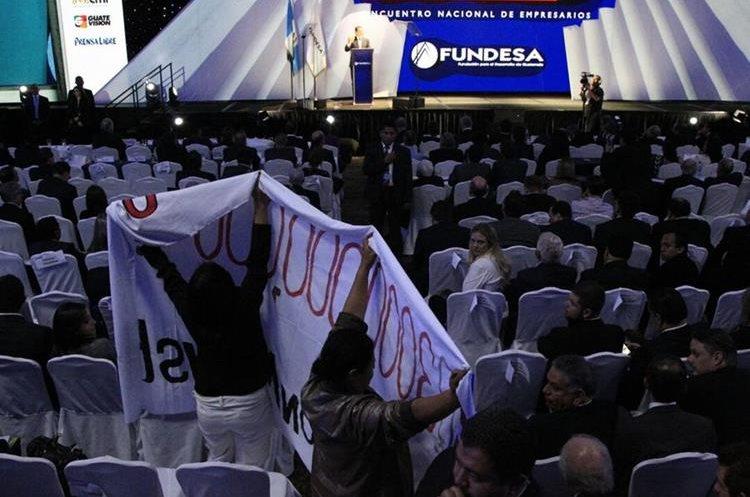 Personas asistentes al Enade 2017 mostraron una manta durante la exposición del presidente Jimmy Morales. (Foto Prensa Libre: Carlos Hernández).