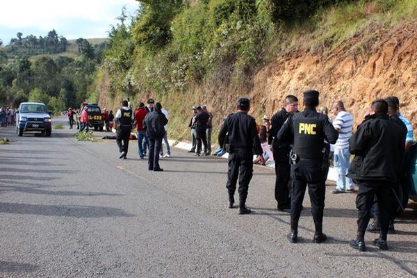 """<p>PNC espera la llegada del MP para analizar la escena del crimen. (Foto Prensa Libre: Hugo Oliva)<br _mce_bogus=""""1""""></p>"""
