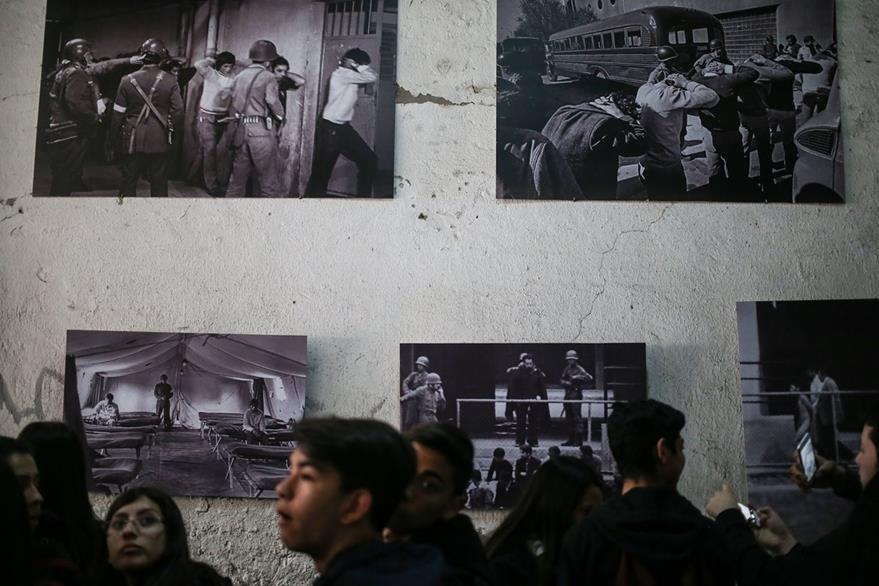 Chilenos observan fotos del golpe de Estado de hace 43 años. (AP)