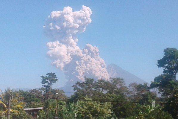 Vista de explosión del volcán desde Quetzaltenango.
