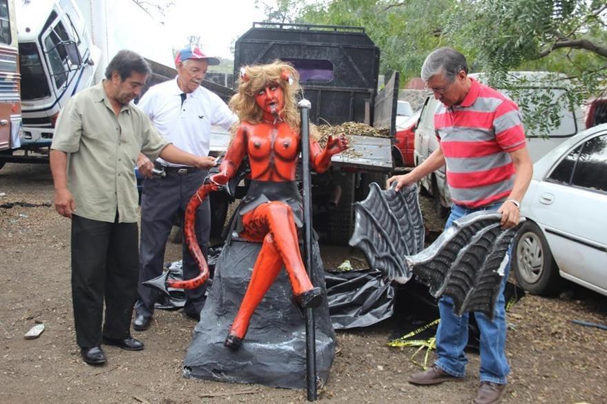 Efigie de diabla fue dañada durante decomiso de autoridades en Antigua Guatemala. (Foto HemerotecaPL)