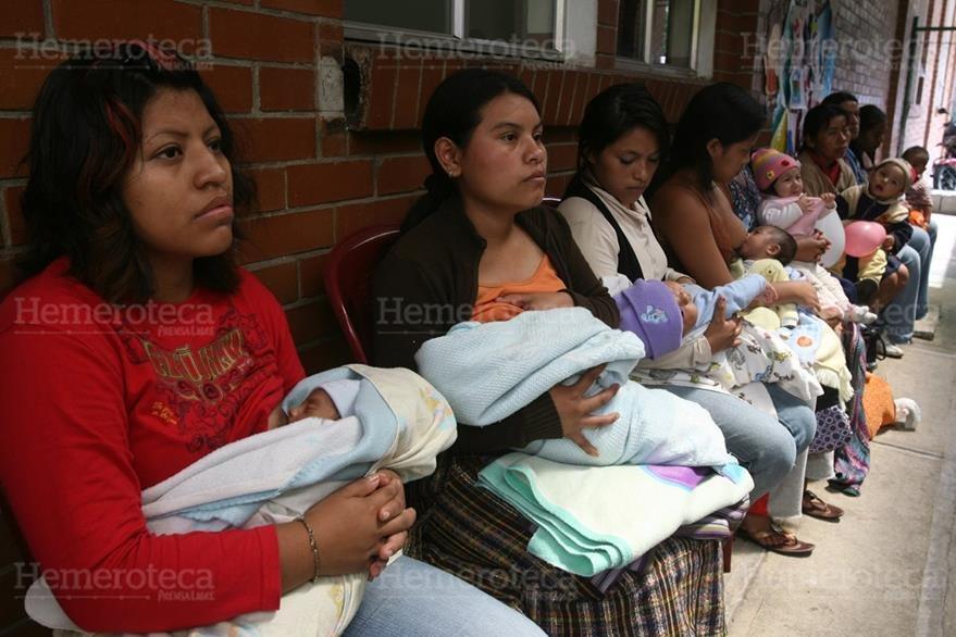 03/08/2011. Madres lactantes juntos a sus hijos en actividad organizada por el Banco de Leche del Hospital Roosevelt. (Foto: Hemeroteca PL)