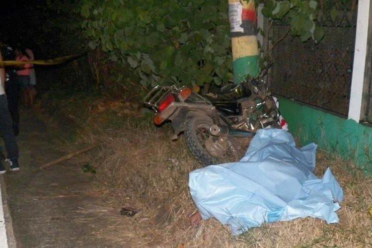 El cuerpo de Ronald Estuardo Pérez quedó a un costado del poste de alumbrado público, con el cual chocó en la aldea Guadalupe, en Génova, Quetzaltenango. (Foto Prensa Libre: Alexánder Coyoy)