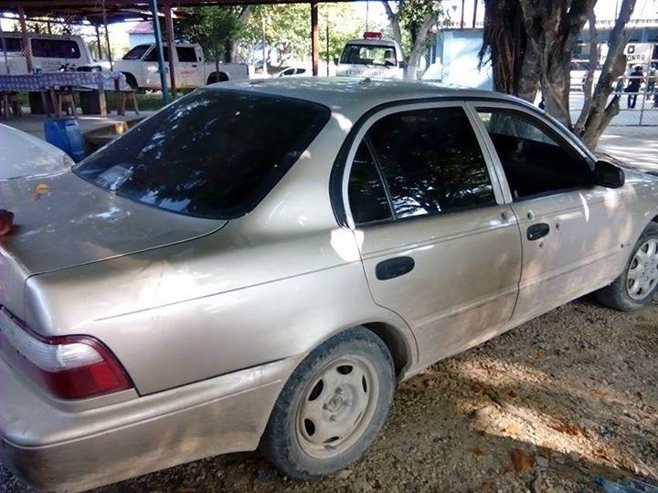 Vehículo propiedad del estudiante desaparecido fue hallado en el parqueo del Hospital Nacional de Sayaxché, Petén. (Foto Prensa Libre: Rigoberto Escobar)