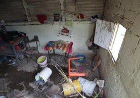 La cocina de la familia Mateo Pérez quedó destruida tras el deslizamiento de tierra que se registró la noche del viernes último. (Foto Prensa Libre: Carlos Hernández)