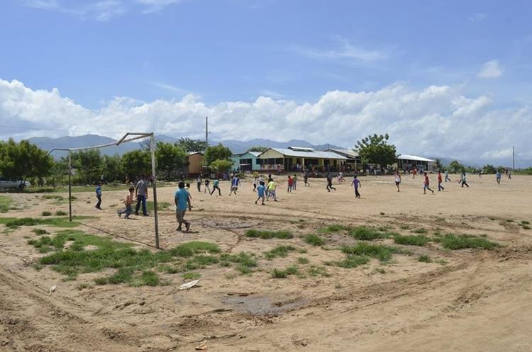 Alumnos juegan futbol en una cancha de tierra de la escuela. (Foto Prensa Libre: Mario Morales)