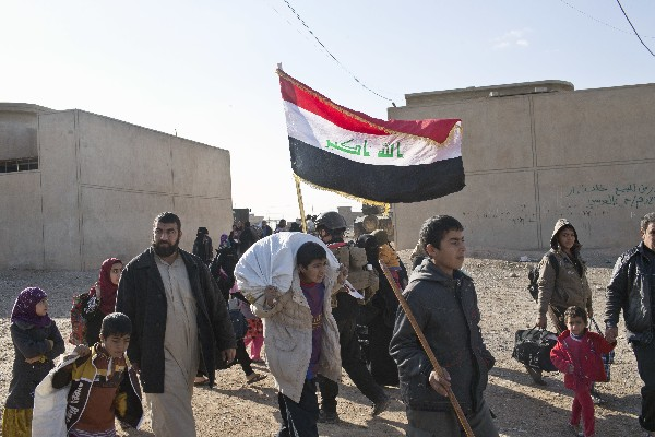 Iraquíes fueron desplazados de sus hogares por la ofensiva contra el EI en Mosul, Irak. (AP).