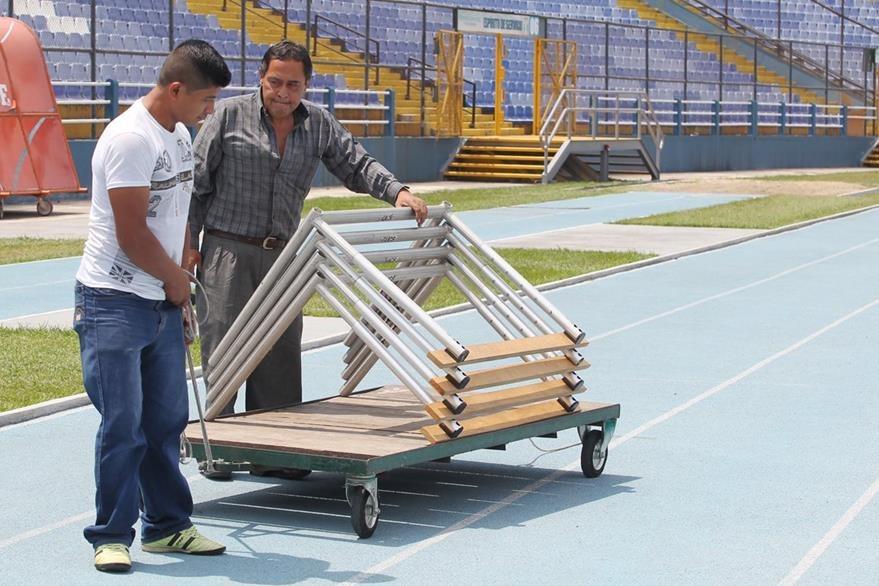 Manuel Gálvez y Hugo García cumplen cada día con tener en su lugar el equipo para la practica del atletismo. (Foto Prensa Libre: Fernando López R.)