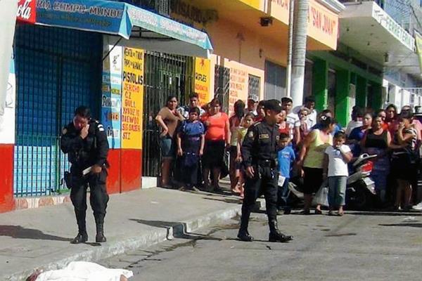 Una mujer fue atacada a balazos y murió en Santa Lucía Cotzumalguapa, Escuintla. (Foto Enrique Paredes)