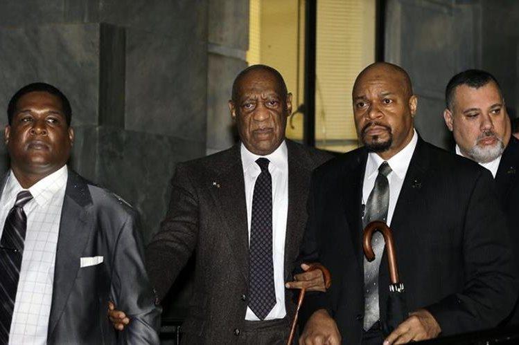 El comediante estadounidense Bill Cosby (centro) sale de la corte de Norristown, Pensilvania. (Fotos Prensa Libre, AP)