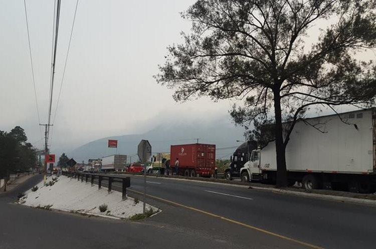 Tránsito detenido en el ingreso a Amatitlán. Foto Prensa Libre:@LuisGom42939815