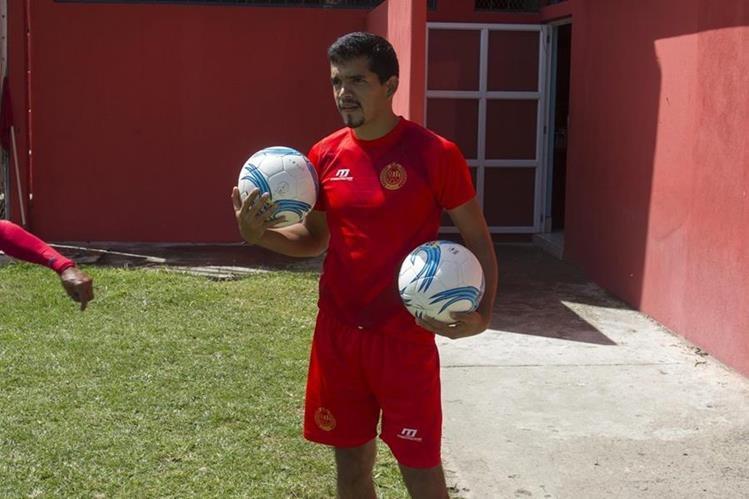 Marco Rivas captado en el entrenamiento rojo de este jueves en el estadio de El Trébol. (Foto Prensa Libre: Norvin Mendoza).