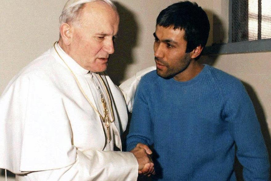 Juan Pablo II perdona a su agresor, Alí Agca, el 27 de diciembre de 1983. (Foto: Hemeroteca PL)