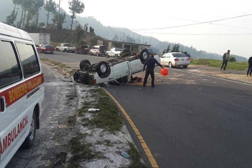 Picop accidentado en el km 132 de la ruta Interamericana queda volcado. (Foto Prensa Libre: Ángel Julajuj)