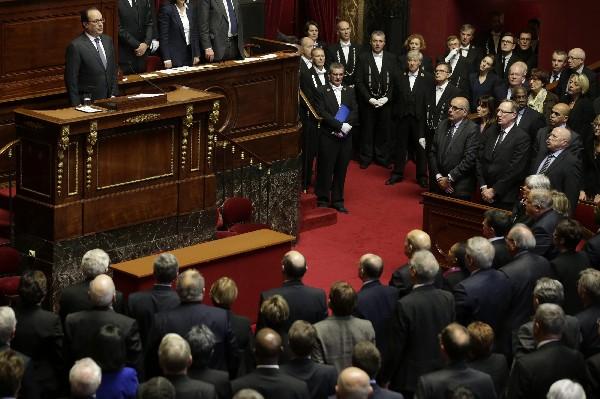 """El presidente francés Francois Hollande (izq) y los parlamentarios cantan """"La Marsellesa"""" tras el discurso en el Congreso de ese país."""