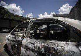 Vista de un vehículo calcinado que fue encontrado por la Policía brasileña con el cuerpo carbonizado en su interior del embajador griego Kyriakos Amiridis. (Foto Prensa Libre: EFE).