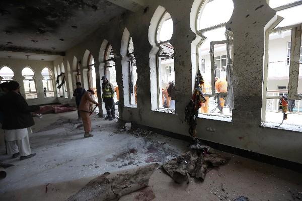 Trabajadores limpian la mezquita dañada por el ataque suicida, en Kabul. (Foto Prensa Libre:AFP).