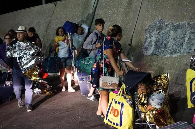 Turistas abandonan la isla Ischia tras el terremoto en Italia. (Foto Prensa Libre: EFE)