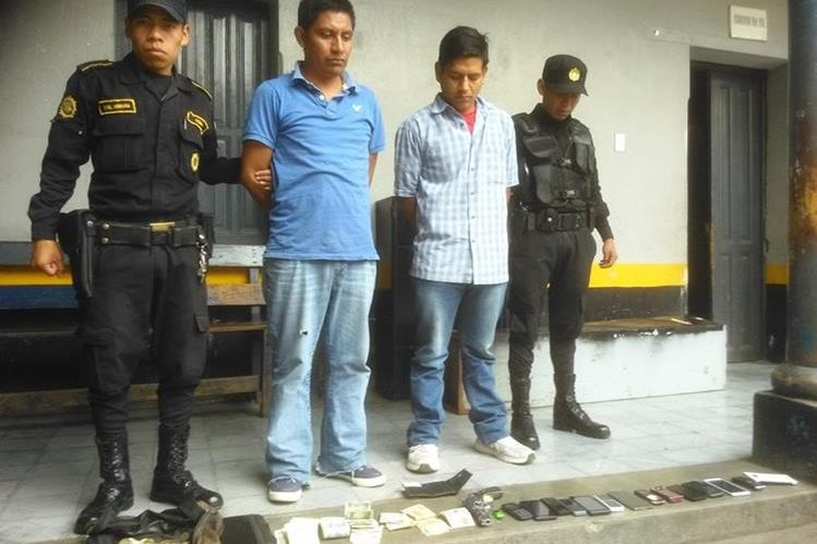 Adolfo Sen Tiu y Benito Mesías Castro fueron capturados por asalto a mano armada en Chinique, Quiché. (Foto Prensa Libre: Óscar Figueroa)