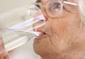Tomar suficiente agua u otros líquidos ayudará a reducir los problemas de salivación y sequedad en la boca.