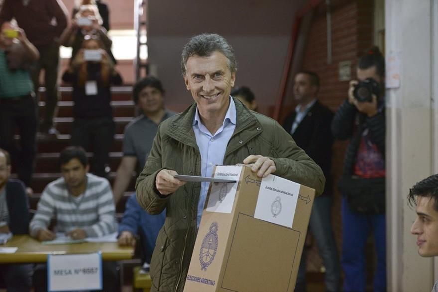 El alcalde de Buenos Aires y candidato a la Presidencia, Mauricio Macri, vota en los comicios primarios. (Foto Prensa Libre: EFE)