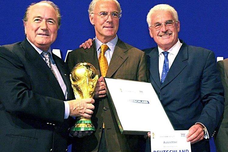 Franz Beckenbauer, fue sancionado con una multa de siete mil francos suizos. (Foto Prensa Libre: EFE)