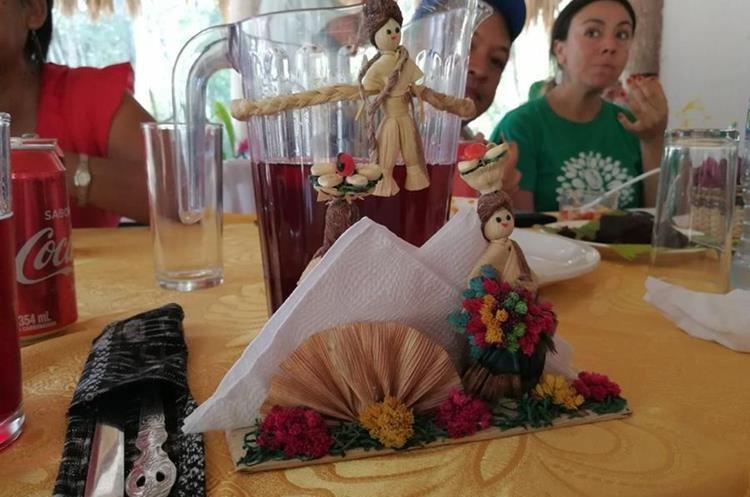 Las artesanías de las mujeres de Uaxactún, San Andrés, Petén, son utilizadas en eventos sociales. (Foto Prensa Libre: César Pérez)