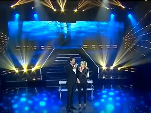 Sebastián Molina, imitador de Ricardo Arjona, junto a Noelia Calle, imitadora de Yuri, cantan el tema Fuiste tú. (Foto Prensa Libre: YouTube)