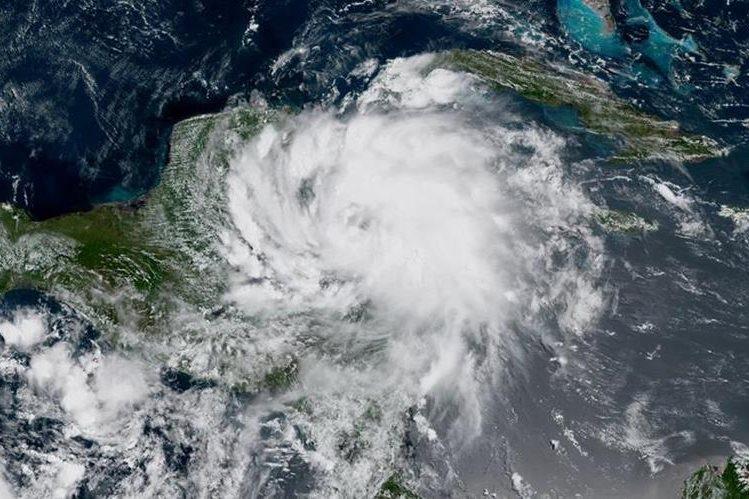 """La tormenta tropical """"Franklin"""" tiene como trayectoria las costas del Caribe de México y Belice. (Foto Prensa Libre: AFP)"""