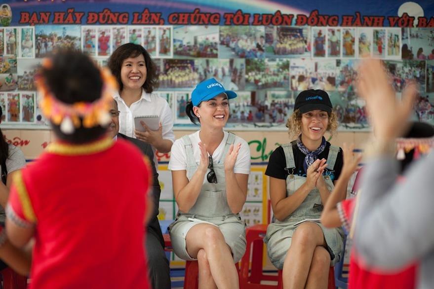 Katy Perry visitó la provincia de Ninh Thuan, una de las más pobres y remotas de Vietnam, como parte de una campaña de UNICEF. (Foto Prensa Libre: EFE)