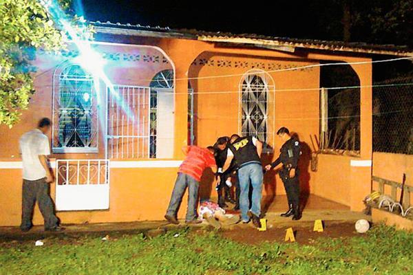 Peritos del Ministerio Público examinan la escena del crimen contra el agente de la PNC Francisco García Raxtún, ultimado en su vivienda, en San Bernardino, Suchitepéquez. (Foto Prensa Libre: Omar Méndez)