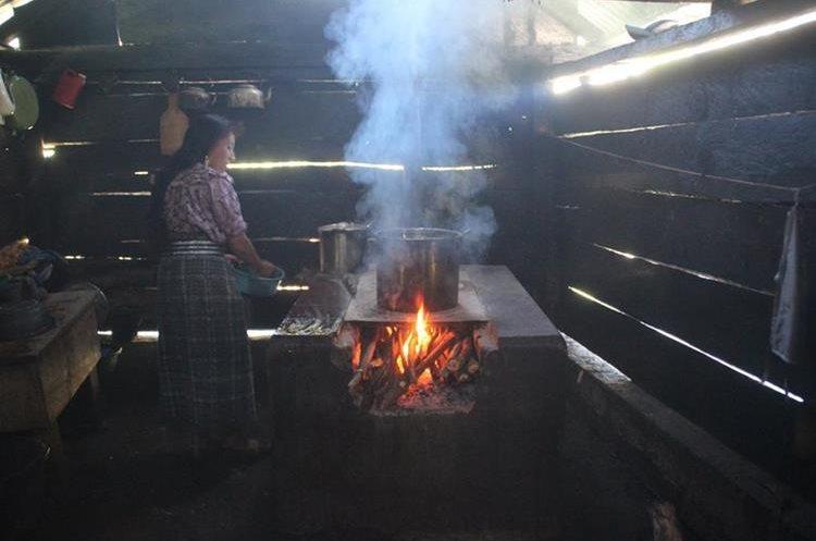 Fidelia Gregorio Andrés vive con problemas respiratorios en Quininí, San Juan Ixcoy, Huehuetenango. Desde niña cocina con leña en la misma habitación en la que duerme. (Foto Prensa Libre: Mike Castillo)