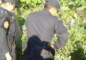 Agentes de la PNC resguardan cadáveres localizados en Catarina, San Marcos. (Foto Prensa Libre: Cortesía)