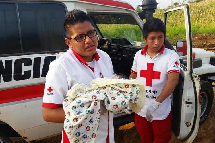 El bebé es trasladado a un centro asistencial por socorristas de Coatepeque, Quetzaltenango. (Foto Prensa Libre: Alexánder Coyoy)