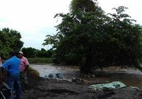 Personeros de la Conred monitorean una de las aldeas de Nueva Concepción, Escuintla, que resultaron afectadas por las inundaciones.(Foto Prensa Libre: Cortesía Conred)
