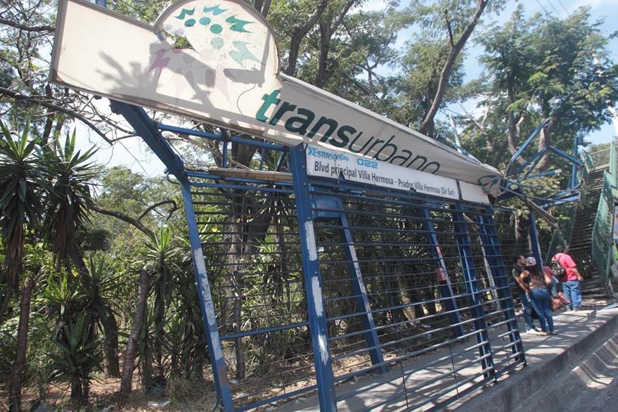 Parada de autobús en total deterioro. (Foto Prensa Libre: Carlos Hernández)