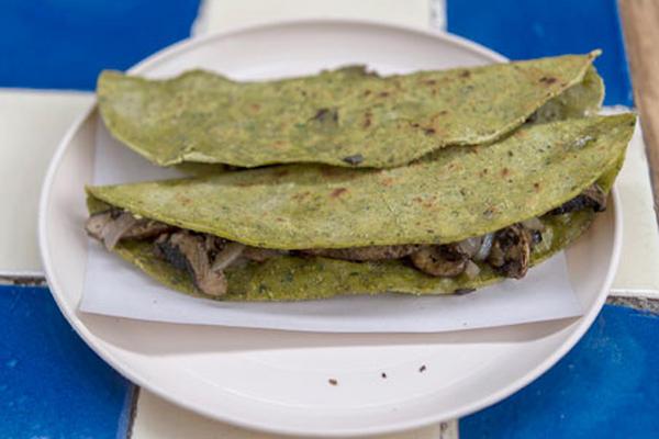 """<p>Quesadillas a base de espinacas y tortillas de salvado de trigo son elaboradas en el restaurante de """"Doña Vero"""" en México. (Foto Prensa Libre :AFP)</p>"""
