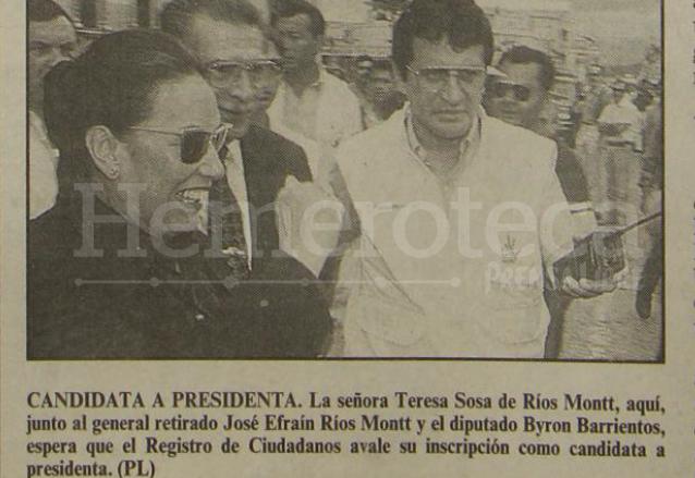 Teresa Sosa de Ríos acompañada de su esposo, Efraín Ríos Montt y Byron Barrientos del FRG. (Foto: Hemeroteca PL)