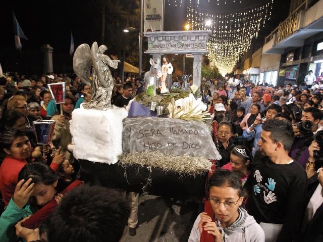 las posadas recuerdan el peregrinaje de San José y La Virgen María antes del nacimiento de Jesús.