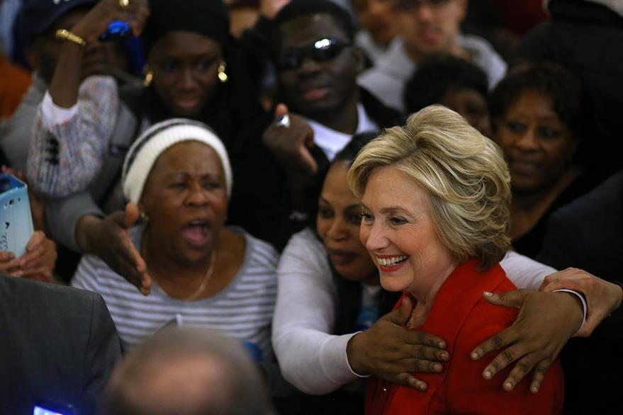 Hillary Clinton saluda a simpatizantes en Nueva York, donde también hace camapaña de cara  a las primarias del sábado. (Foto Prensa Libre: AFP).