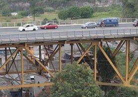 Decenas de familias que viven bajo el puente Belice viven con el temor por los daños en la estructura. (Foto Prensa Libre: Hemeroteca PL).