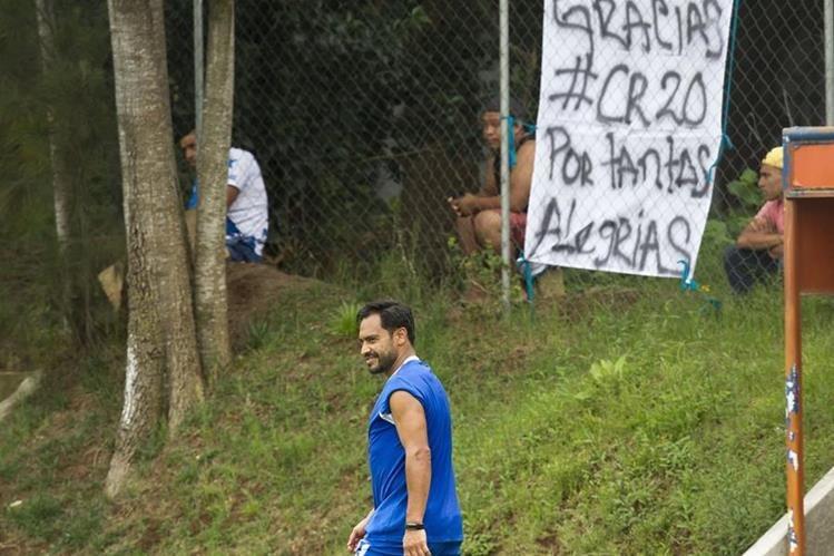 Carlos Ruiz fue elogiado por dos aficionados que llegaron al Proyecto Goal de la zona 15. (Foto Prensa Libre: Norvin Mendoza)