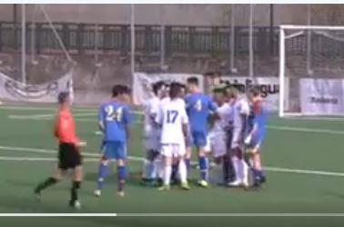 La pelea entre los juveniles se viralizó rápidamente en las redes sociales. (Foto Prensa Libre: Captura de pantalla de Twitter)