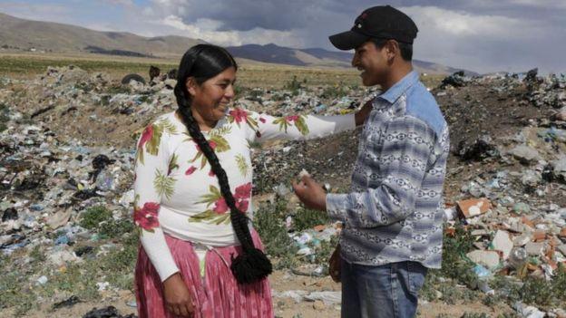 Esteban (dcha) proviene de una familia de pocos recursos y vive en Patacamaya con su madre (izda). (REUTERS/DAVID MERCADO)